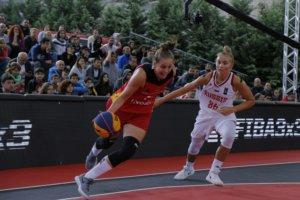 Sarah Polleros (in rot) bei der 3x3 EM