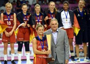 Jenny erhält als Kapitänin den Europameisterpokal; Foto Thomas Brüning